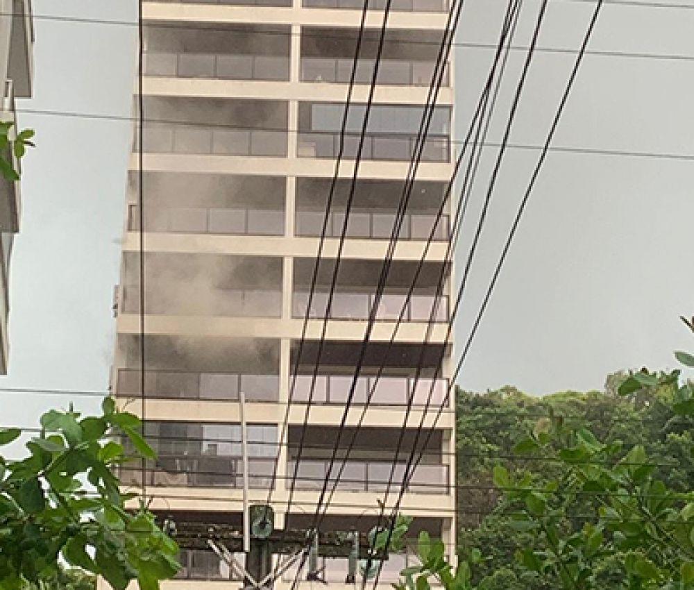 Princípio de incêndio assusta moradores em prédio de Guarujá, SP